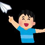 紙飛行機を飛ばす男の子